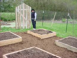soil mix for recycled wood raised bed planter box for backyard garden spaces with straw and diy wire fence with gate ideas