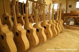 Resultado de imagen para personas fabricando guitarras