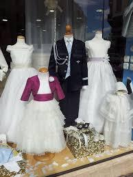 escaparate con trajes de unión para niños y niñas foto marian Álvarez