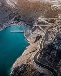 الجبل بين أحضان البحر على هذا الطريق الساحلي في سلطنة عُمان - CNN Arabic