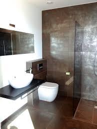 Modernes Bad Mit Braun Silbernen Fliesen Und Ebenerdiger Dusche