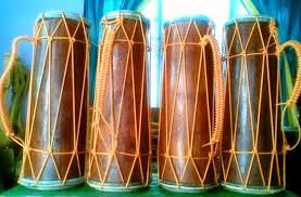 Angklung adalah alat musik melodis, hal tersebut bisa didengar ketika dimainkan dapat menghasilkan tangga nada 'do, re, mi, fa, sol, la si, dan do'. 90 Contoh Alat Musik Tradisional Lengkap Ritmis Marawis Petik Tiup
