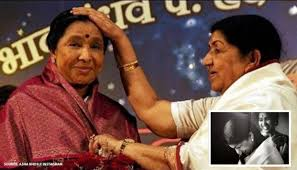 Unseen Pic of the day: Lata Mangeshkar's throwback photo with Asha Bhosle  is adorable