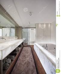 Modernes Badezimmer Mit Marmor Und Parkett Niemand Stockbild Bild