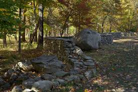 five men seventeen days fifteen boulders one wall 2010 fieldstone approx 60 x 309 x 32 overall courtesy the artist and galerie lelong new york on stone wall artist with andy goldsworthy