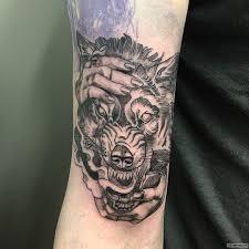 оборотень в женских руках тату на предплечье у парня добавлено