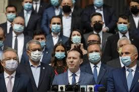 Florin Cîțu și-a anunțat intrarea în cursa pentru șefia PNL / Imagine de forță: Premierul, înconjurat de zeci de lideri liberali, Orban a ieșit singur din sediul partidului / Cine sunt liderii