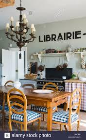 Vielseitige Küche Mit Esstisch Aus Holz Lampe Kronleuchter