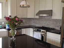 küchen mit weißen schränken