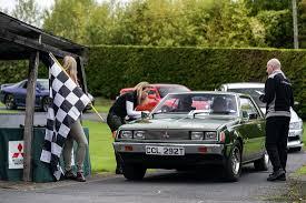 britischen mitsubishi oldimer fans tim shaw und fuzz townshend von car s o s feierten mit geladenen gästen und mitsubishi motors uk den 100