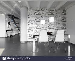 Esstisch Und Stühle In Einem Modernen Speisesaal Mit Tapeten In