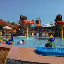 Hadirnya wisata ini menjadi destinasi liburan yang menarik bagi warga gresik dan sekitarnya. Dynasty Water World Gresik