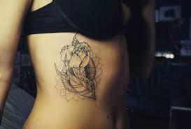 татуировка на боку у девушки цветы фото рисунки эскизы
