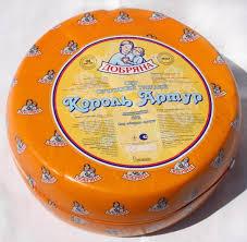 Товароведная оценка качества сычужных сыров импортного  Сыр имеет выраженный слегка кисловатый вкус и аромат Тесто нежное пластичное по всей массе На срезе рисунок состоит из глазков неправильной щелевидной
