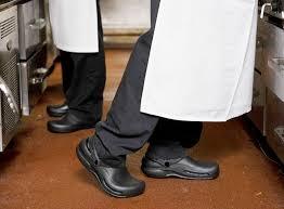 La importancia de los zapatos especiales de cocina – GastroMakers
