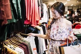 Улыбка девушки в магазине одежды, выбор | Премиум Фото