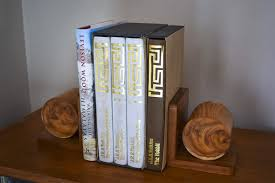 Completed bookends on the shelf with books stacked. How To's section icon