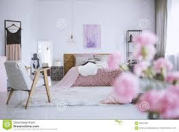 Blumen Im Schicken Rosa Schlafzimmer Stockfoto Bild Von Anstrich