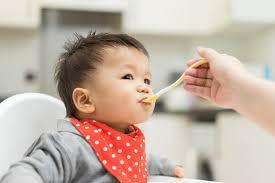 7 mẹo cho bé ăn dặm lần đầu tiên cực chuẩn của bà mẹ thông thái