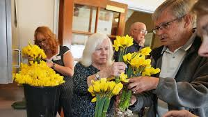 Kiwanis And LAVNS Staff Deliver Daffodils Friday Afternoon | News Break