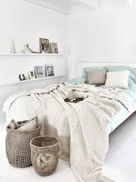 Ein minimalistisch eingerichtetes schlafzimmer wirkt harmonisch und offen. Schlafen In Harmonie Das Feng Shui Schlafzimmer Westwing