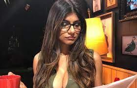 النجمة السابقة الاباحية مايا خليفة تبيع نظاراتها لمساعدة ضحايا الانفجار في  بيروت