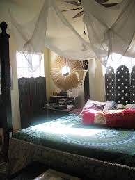 Blue Bedlinen Bedcover Red Pillows Mosquito Net A So Black Bedstead With  Canopy And Nightstang With ...