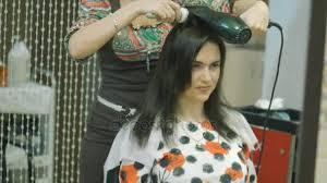 Une Femme Aux Longs Cheveux Noirs Dans Un Salon De Beauté De Coiffure Avec Un Maître