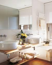 Baño Con Lavamanos Doble Y Dos Baldas A Modo De Bajomueble. Baldas  Resistentes En El