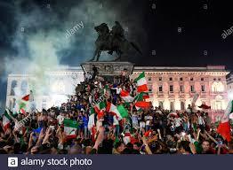 Fußball - Euro 2020 - Finale - Fans versammeln sich für Italien gegen  England - Mailand, Italien - 12. Juli 2021 Italien-Fans feiern den Gewinn  der Euro 2020 auf der Piazza Duomo