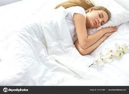 Schönes Mädchen Schläft Im Schlafzimmer Auf Dem Bett Liegend