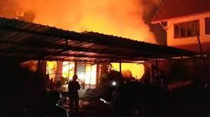 ไฟไหม้ชุมชน รัชดา 36 ย่างสด 3 ศพ ตำรวจ สน.พหลโยธิน อยู่ระหว่างตรวจสอบ
