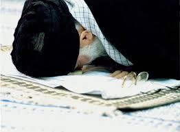 نتیجه تصویری برای عکس در حال عبادت رهبررهبر