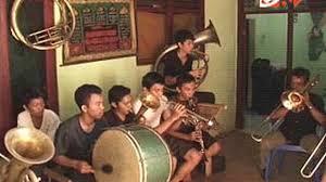 Alat musik tradisional dari betawi ini dimainkan dengan cara digesek menggunakan busu. Tanjidor Musik Betawi Rasa Portugis News Liputan6 Com