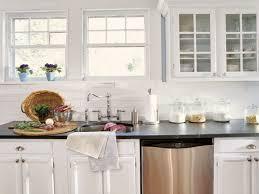 kitchen backsplash ideas for white cabinets black countertops