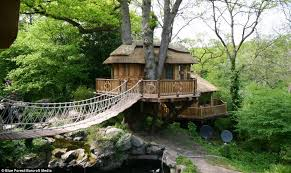 luxurious tree house. Cliffside Lodge: This Thatched Tree House In A Private Garden Is Valued At £70,000 Luxurious