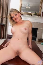 XXX porn Point foto Bobbie Jones plays with her cock starved milf.