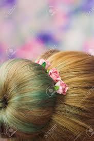 髪型ちょんまげ緑の女性のうなじ色の髪とそれのピンクのバラのヘアピン