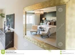 Schöne Schlafzimmer Reflexion Im Zierspiegel Stockbild Bild Von