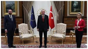 La Presidente von der Leyen rimane senza sedia di fronte ad Erdogan e  Michel: il video diventa virale e fa discutere (hmso)