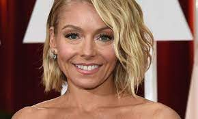Kelly Ripa causes a stir with windswept ...