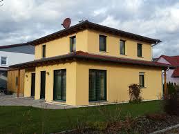 Fenster Holzhaus Gelbe Wand Holzhaus Zwei Weie Fenster With Fenster