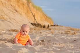 Resultado de imagen de baby playing in the beach