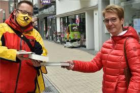 Flashmob-Aktion: Deutsche Post verschenkte Bücher in der Innenstadt Dorsten