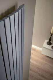 Der design heizkörper mit spiegelfront für wohnzimmer wohnbereich diele flur bad besteht aus vertikalen dreieckigen stählernen strahlungsröhren an stählerne positionsbügel geschweißt. Design Heizkorper Vertikal Fur Wohnraum Wohnzimmer Kuche Design Heizkorper Heizkorper Vertikal Wohnraum