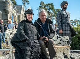 Stephen Frears sul set di «Vittoria e Abdul» con Judi Dench che interpreta  la regina Vittoria e Ali Fazal nei panni del suo segretario indiano Abdul  Karim