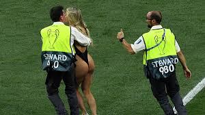 На поле финального матча Лиги чемпионов выбежала полуголая ...