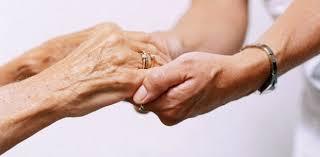 Resultado de imagem para idoso com cuidador
