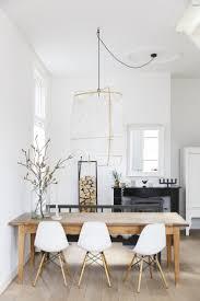 Helles Esszimmer Mit Holztisch Und Weißen Stühlen Helles