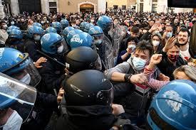 Roma: scontri a piazza di Montecitorio alla manifestazione dei commercianti  - foto 11 - Roma Sociale